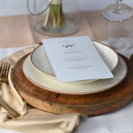 Table-Setting mit Glas, Geschirr, Besteck & Serviette