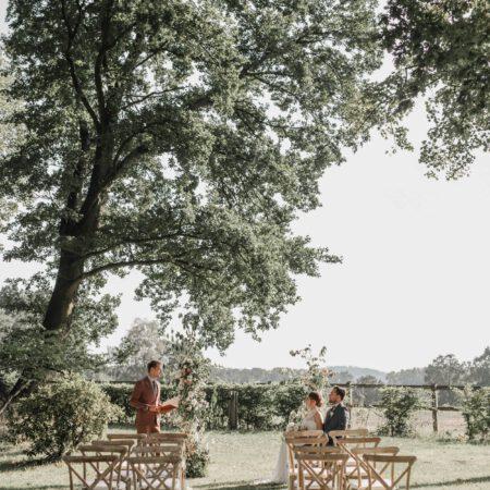 Freie Trauung mit Crossback-Stühlen