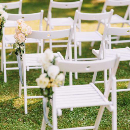 Freie Trauung mit weißen Holzklapp-Stühlen