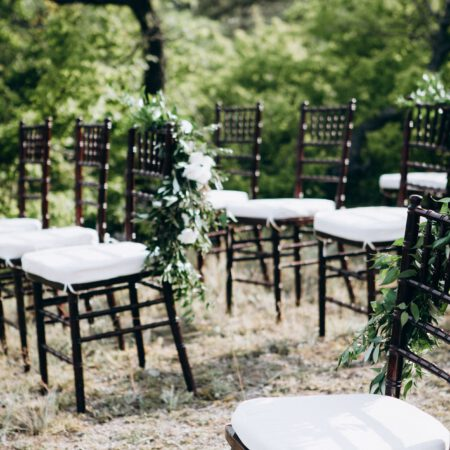 Freie Trauung mit schwarzen Chiavari-Stühlen