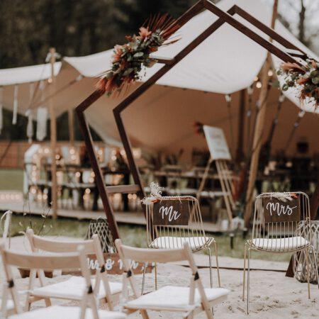 Freie Trauung mit Holzklapp-Stühlen